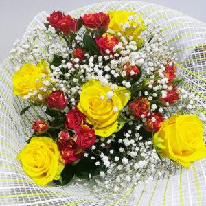 букет с красными и желтыми розами